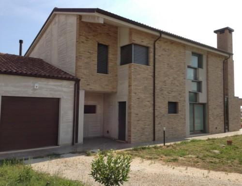 Abitazione privata con frangisole in alluminio